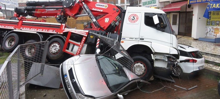 Vinçli kamyon 8 aracı ezdi geçti