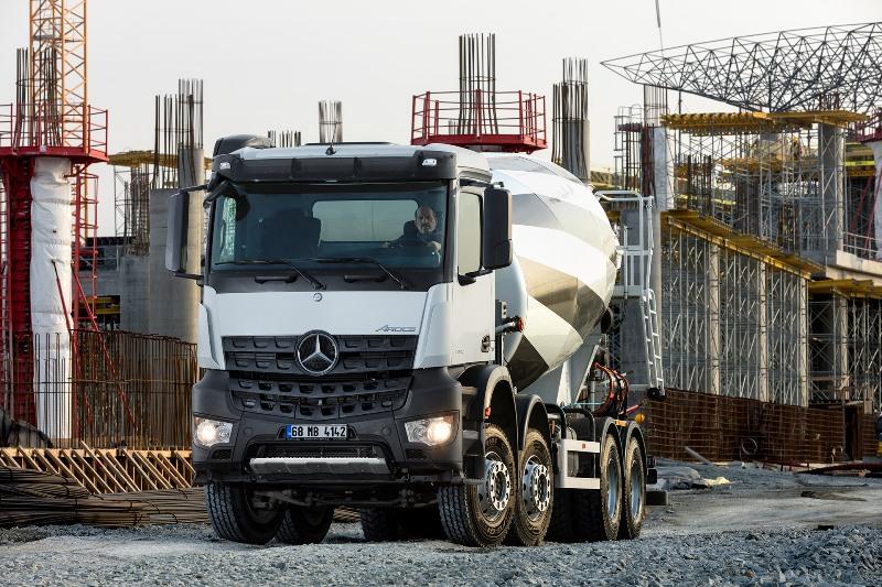 Mercedes, beton kamyonlarıyla fuarda