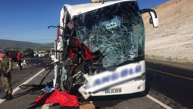 Otobüs, TIR'a arkadan çarptı: Ölü ve yaralılar var