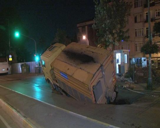 İstanbul çöküyor: Kamyon yola battı