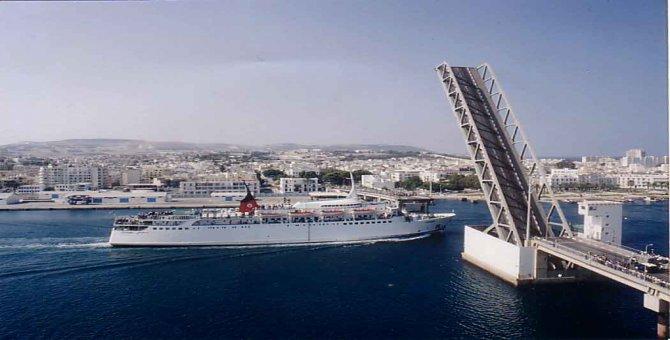Türk kargo gemisi Bizerte köprüsüne çarptı