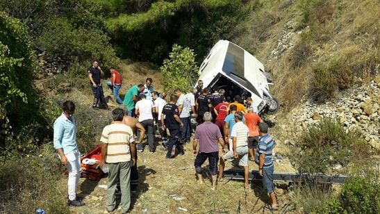 Otobüs uçuruma yuvarlandı: Ölü ve yaralılar var