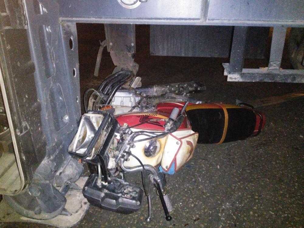 Futbolcu ve 2 arkadaşı motosikletle TIR'ın altına girdi