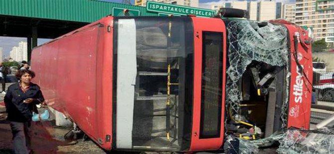 Otobüs gişelere devrildi: Çok sayıda yaralı var