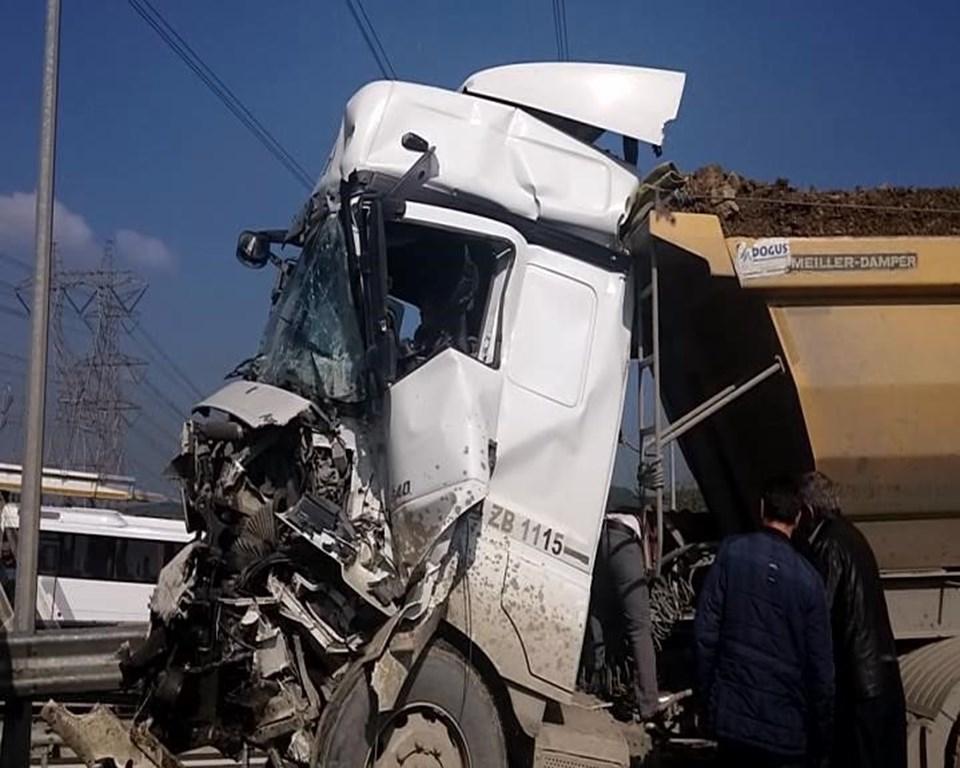 İki hafriyat kamyonu çarpıştı: Trafik kilit