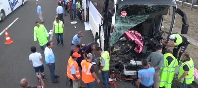 Yolcu otobüsü ile kamyon çarpıştı