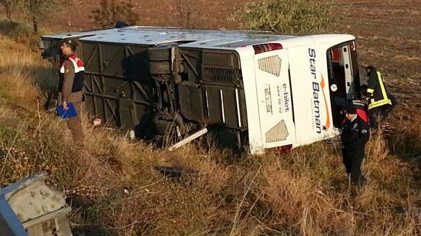 Yolcu otobüsü devrildi, cenazeler altta kaldı