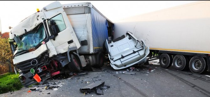 Nakliye kamyonu kontrolden çıktı: 2 yaralı