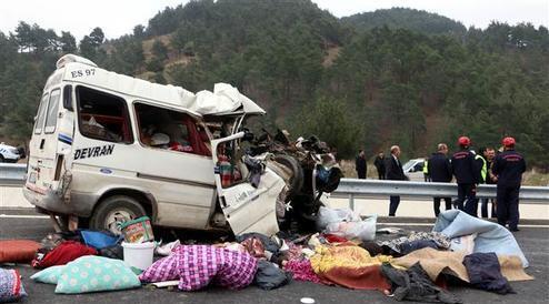 Minibüs, kamyonun altına girdi: Çok ölü var