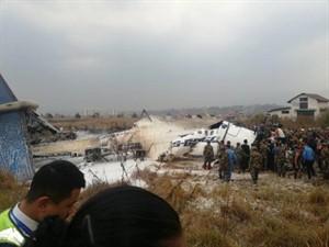 Nepal'de Bangladeş'e ait yolcu uçağı alevler içinde düştü