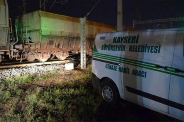 Tren demiryolu işçilerine çarptı