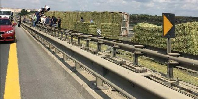 Saman yüklü kamyon devrildi: TEM kapandı