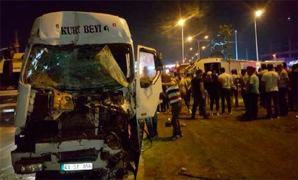 TIR, otobüse çarptı: Ölü ve yaralılar var