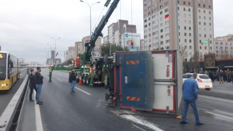 D-100'de kamyon devrildi: Edirne istikameti kapalı