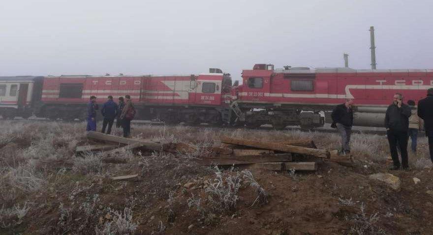 Sivas'ta yolcu ve yük trenleri kafa kafaya çarpıştı