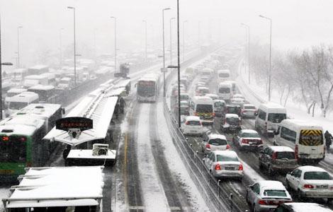 İstanbul'u kar vurdu: Trafik kilit
