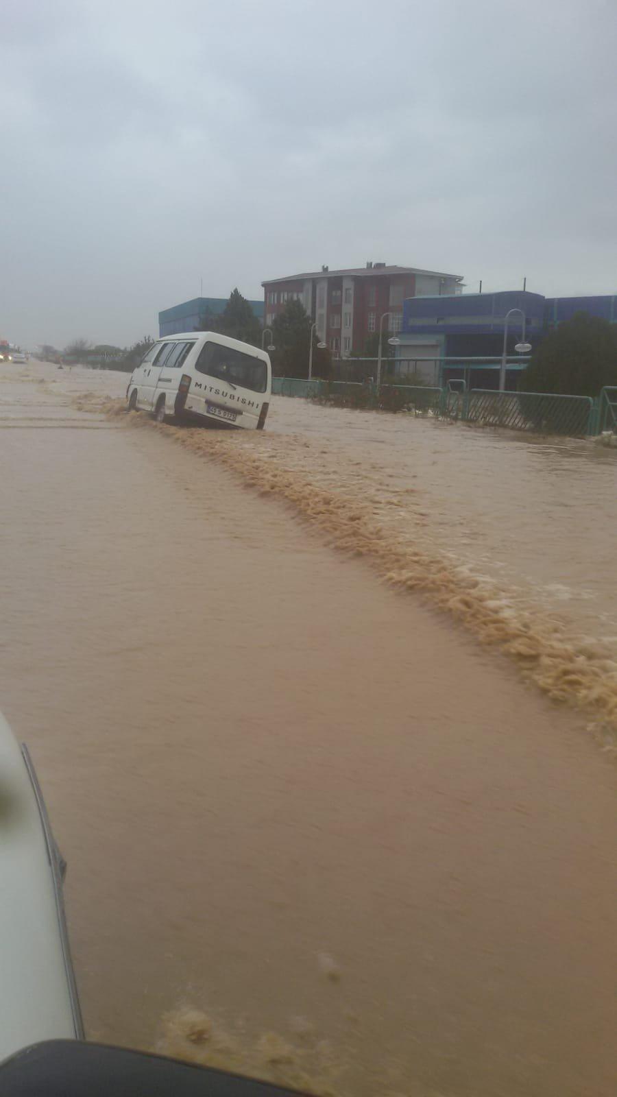 İzmir-İstanbul yolu sele teslim oldu