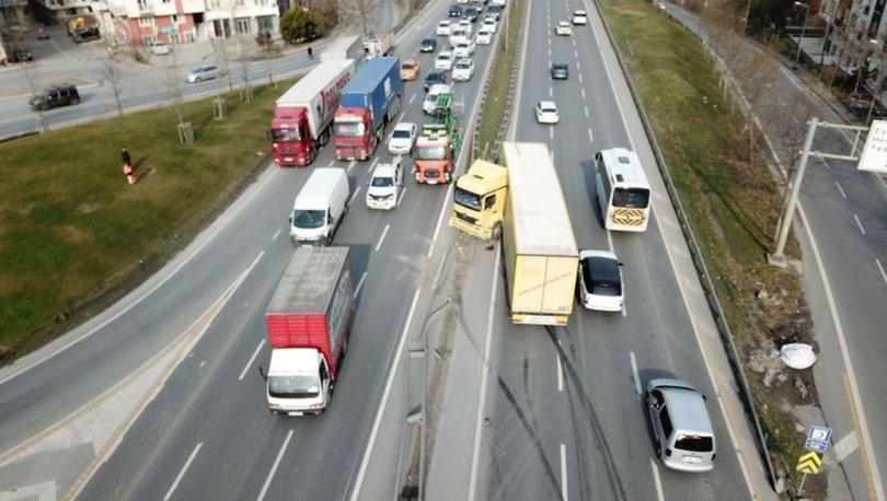 TEM'de feci kaza! TIR bariyerlere saplandı
