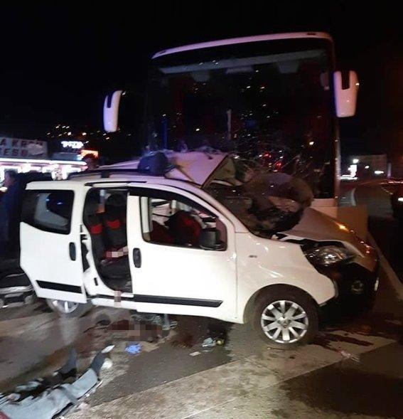 Otobüs, hafif ticariye çarptı: 3 ölü, 2 yaralı