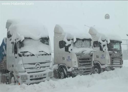 Kar ve tipi 31 karayolunu ulaşıma kapattı
