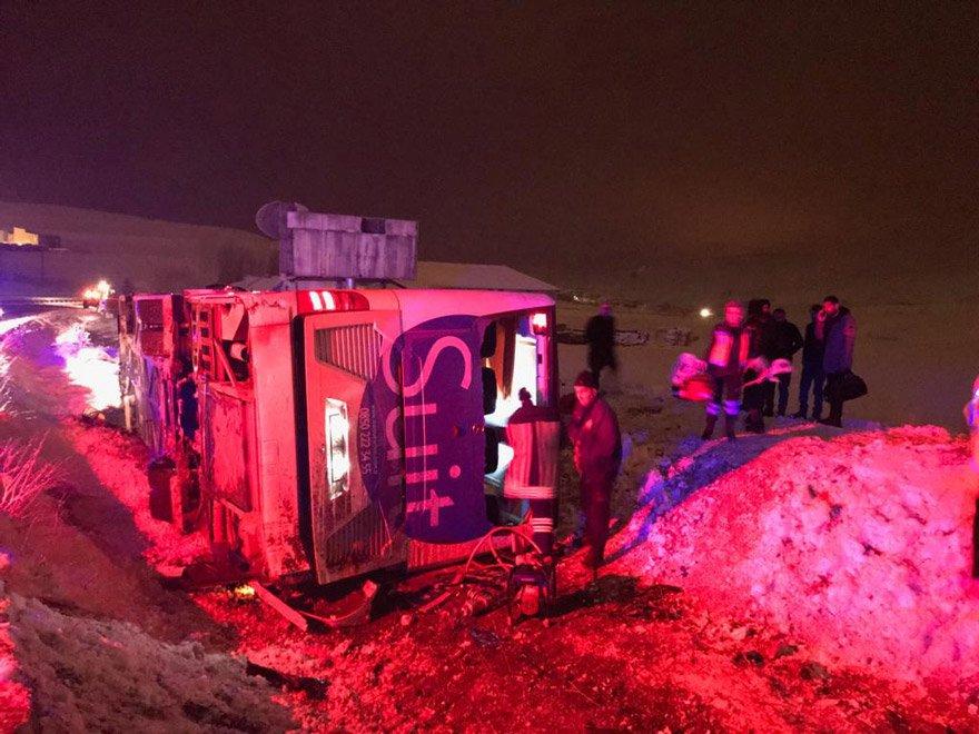 Bayburt'ta yolcu otobüsü devrildi! 2 kişi öldü
