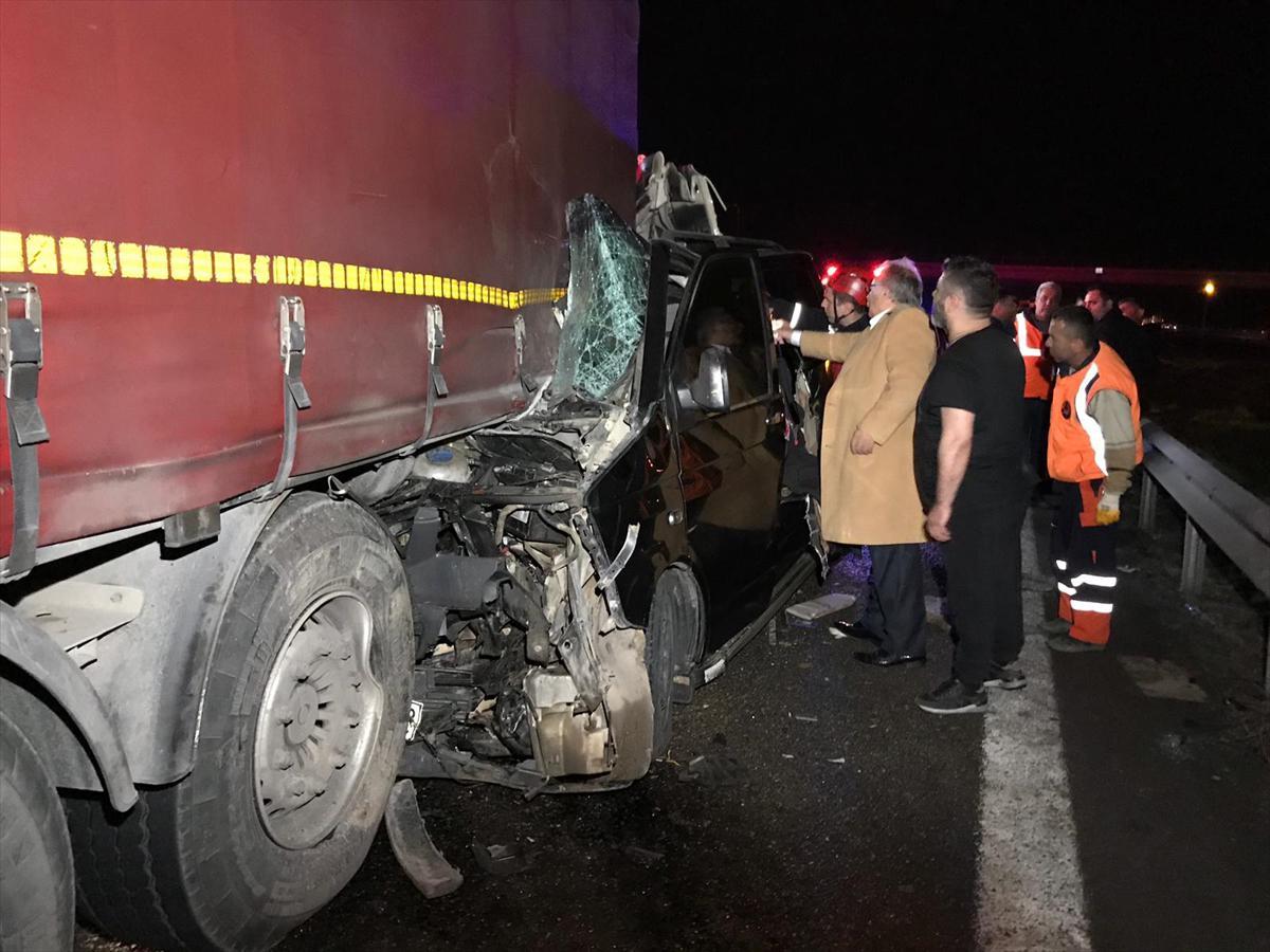 Düzce'de minibüs, TIR'a çarptı: 5 kişi ölü