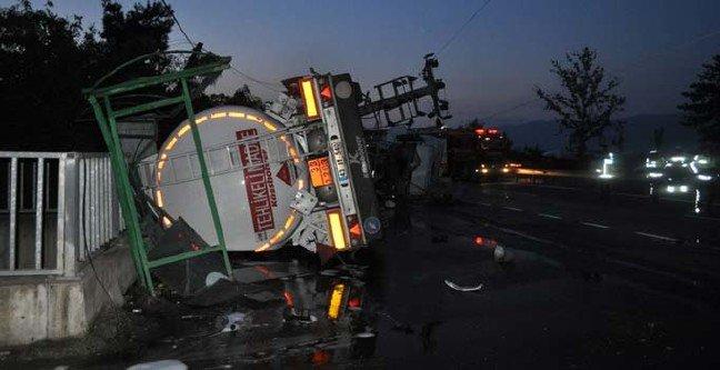 Akaryakıt tankeri, arı taşıyan kamyonetle çarpıştı