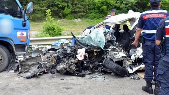 Kargo kamyonu ile otomobil kafa kafaya çarpıştı: 2 ölü