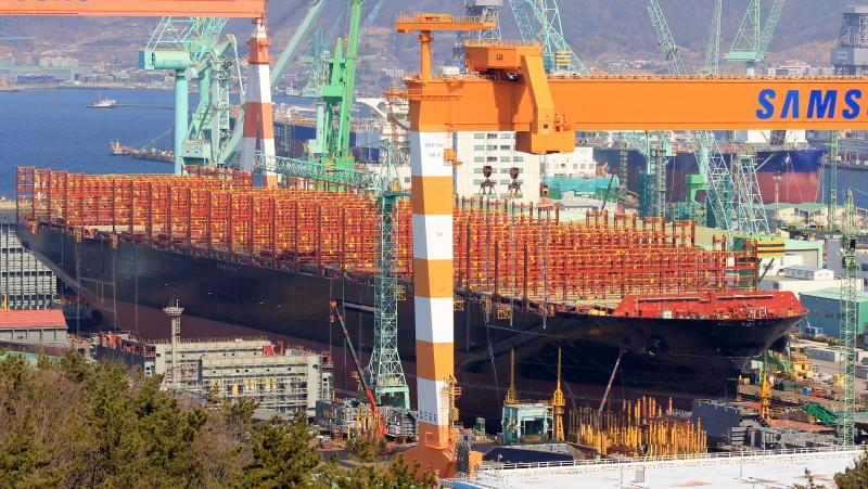 Dünyanın en büyük konteyner gemisi suya indirildi