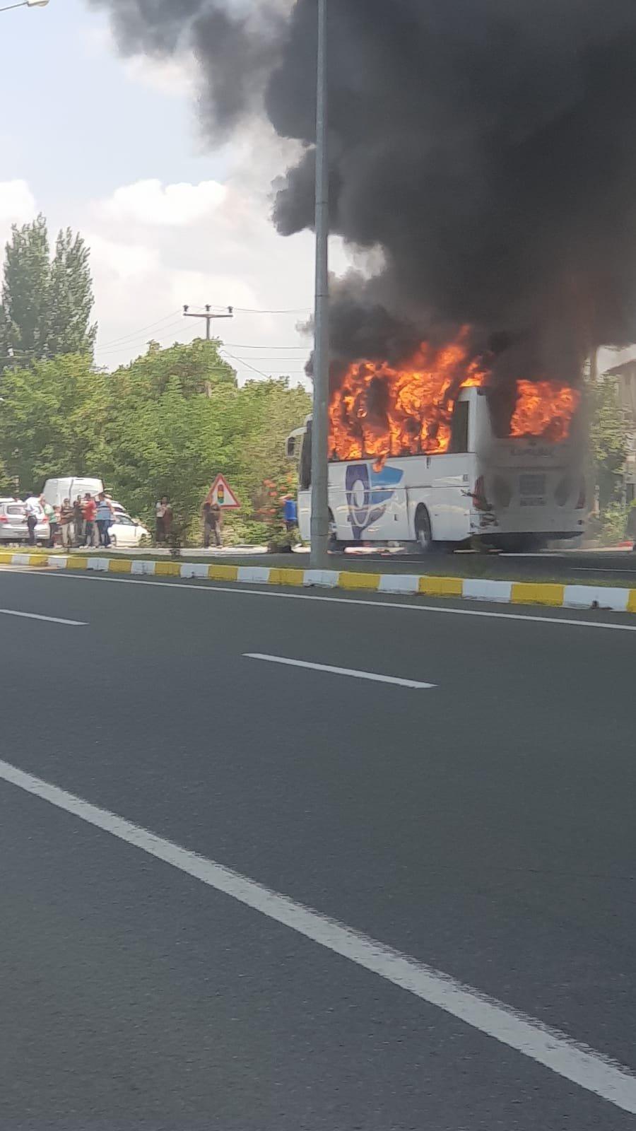 Balıkesir'de seyir halindeki yolcu otobüsü yandı!