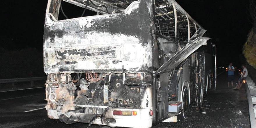 Çeşme'de tur otobüsü alev alev yandı