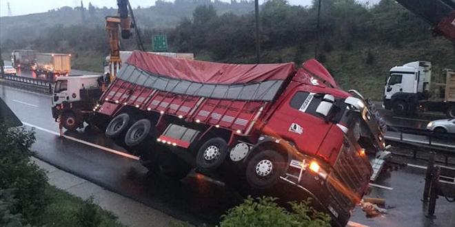 Kamyon devrildi Anadolu Otoyolu trafiğe kapandı