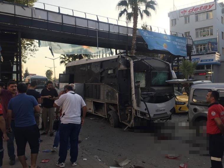 Polis otobüsü geçerken patlattılar: Biri polis 5 yaralı