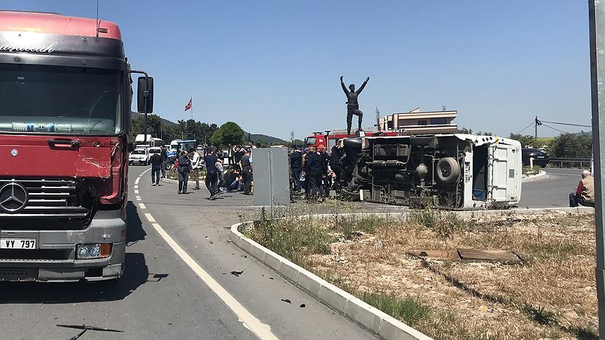 Asker taşıyan minibüs TIR'la çarpıştı: 1 asker şehit