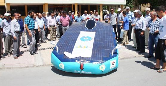 Güneş enerjisiyle çalışan araba trafikte