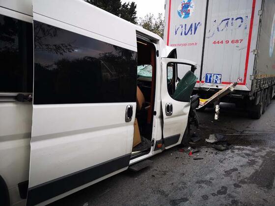 Uyuyakalan servis şoförü TIR'a arkadan çarptı