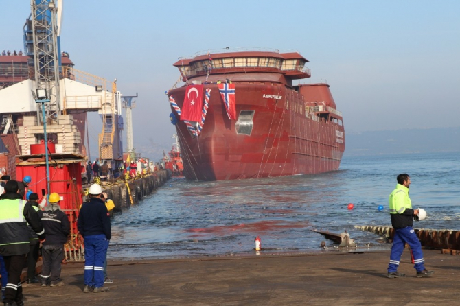 Canlı balık taşıma gemisi törenle denize indirildi