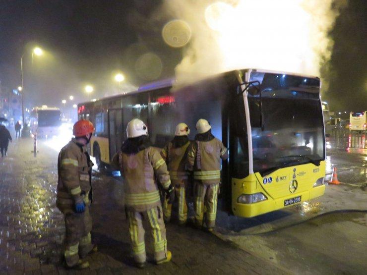 Kadıköy'de belediye otobüsü alev alev yandı