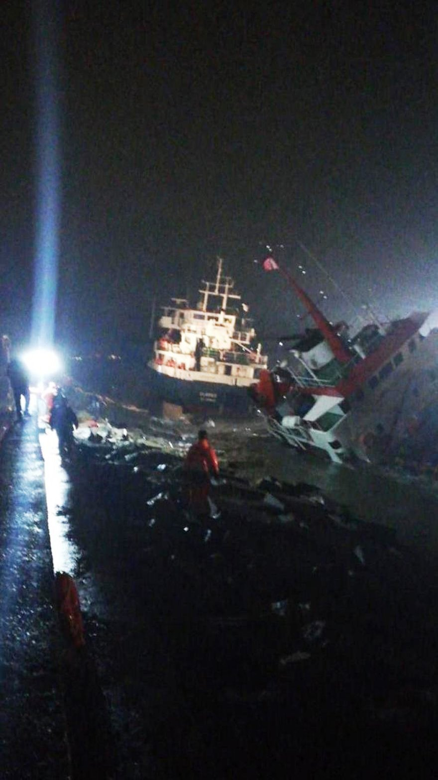 İstanbul'da iki gemi çarpıştı, biri her an batabilir