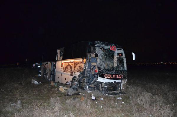 Yolcu otobüsü TIR'a çarptı: 2'si ağır 44 yaralı
