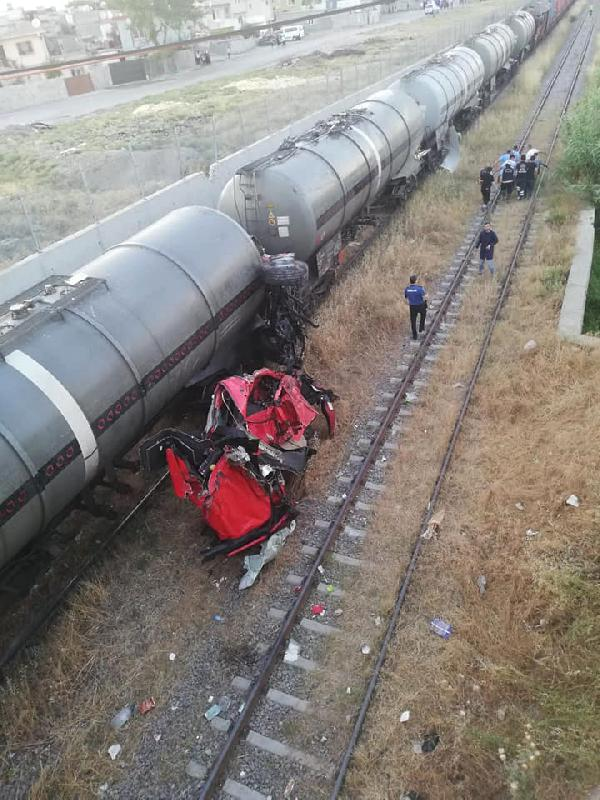 Mersin'de yük treninin üzerine TIR düştü