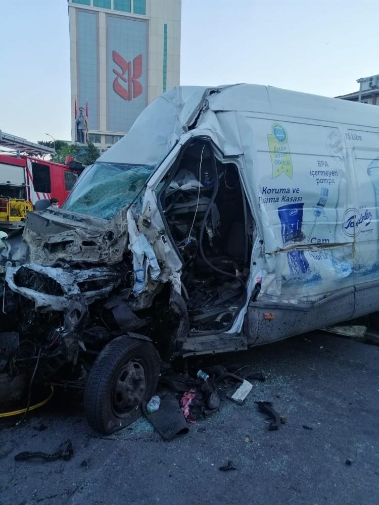 Kamyonet ve minibüs çarpıştı, ortalık savaş alanına döndü