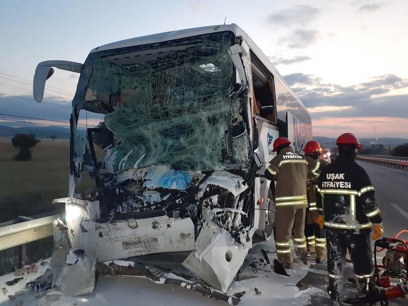 Otobüs, kamyona çarptı: Şoförler öldü, 18 yaralı var