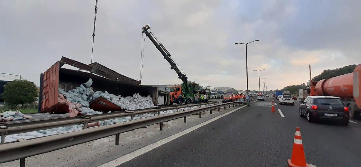 Esenyurt'ta TIR devrildi, trafik kapalı
