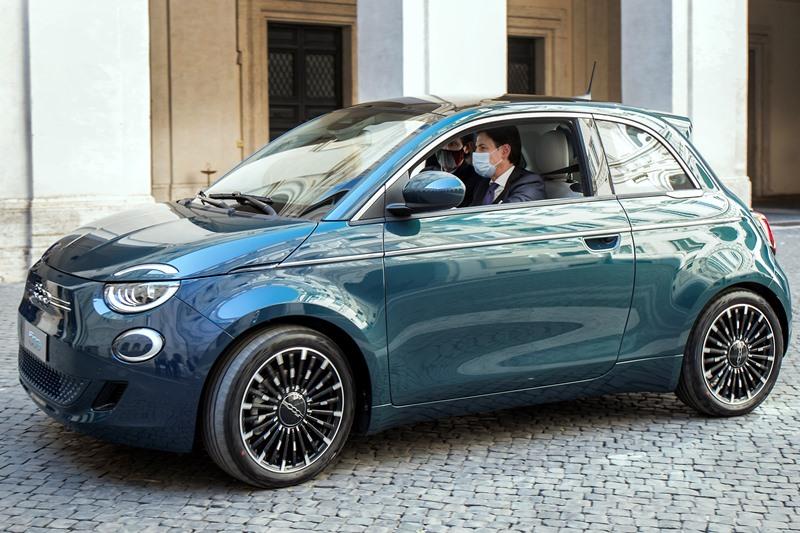 Yeni Fiat 500 İtalya'nın zirvesinde görücüye çıktı
