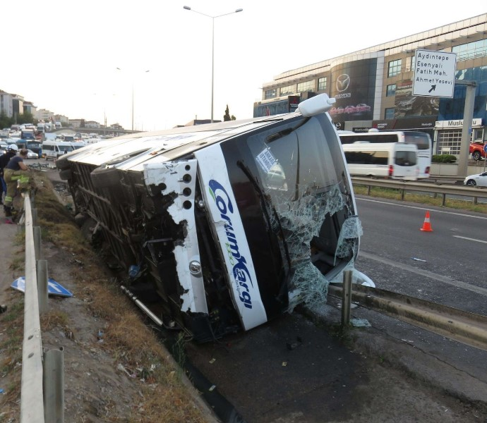 Pendik'te yolcu otobüsü devrildi: 9 yaralı