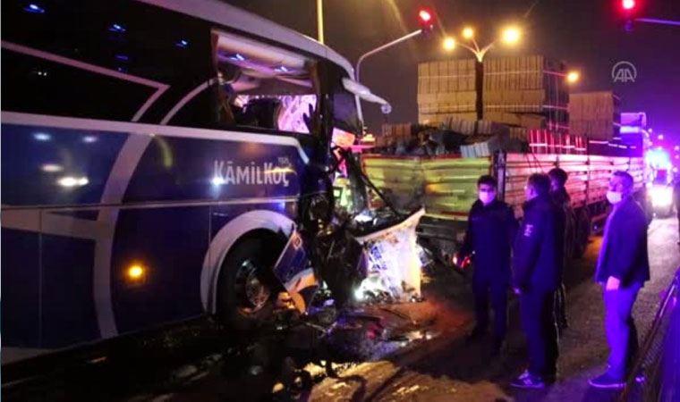 Uşak'ta yolcu otobüsü tırla çarpıştı: 1 ölü, 8 yaralı