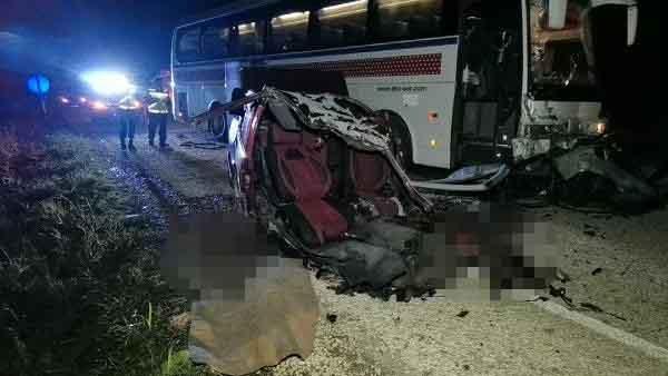 Otobüs, otomobili ikiye böldü: 2 ölü