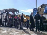 Yolcu otobüsü TIR'a çarptı: 10 yaralı