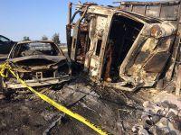 Kamyon, otomobilin üzerine devrildi: Yanarak öldüler